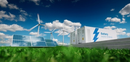 Aurinkopaneelit, tuulivoimalat ja akkuvarastot nurmikentällä